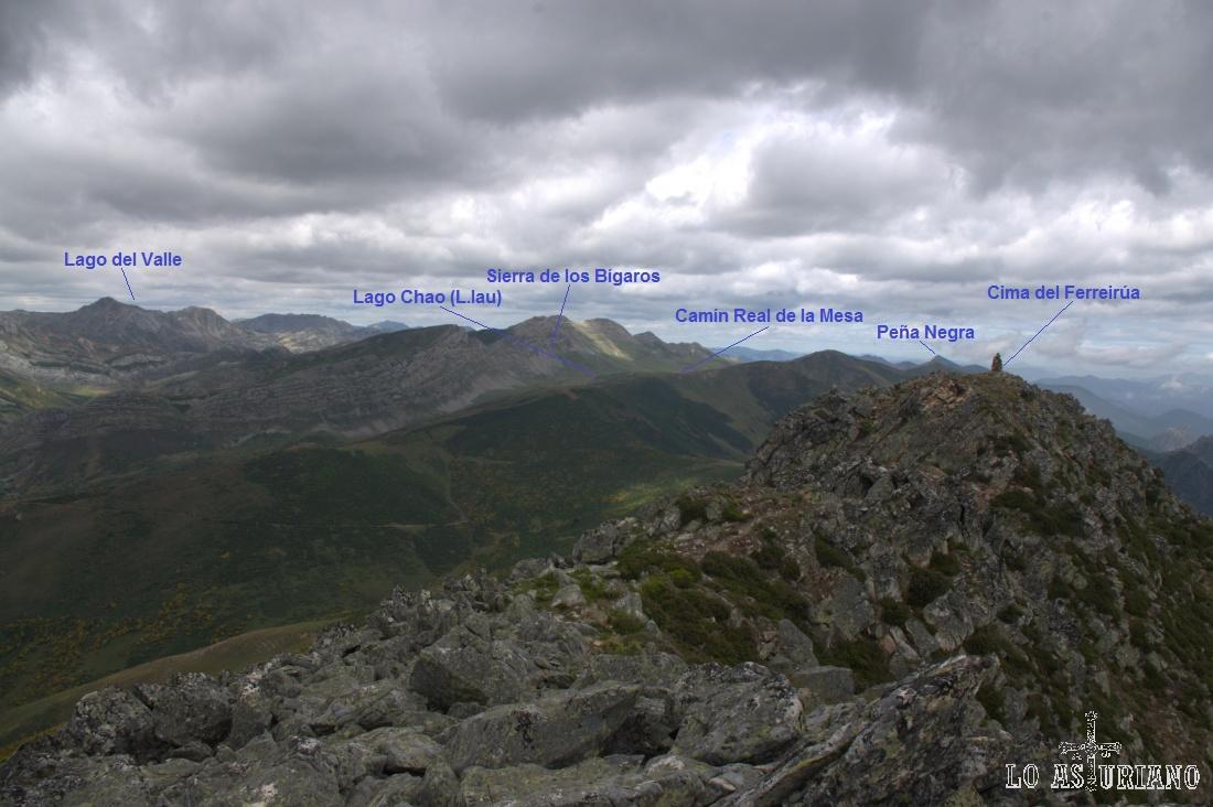 Las vistas desde La Ferreirúa se alargan hasta la Peña Negra, en el límite Somiedo-Teverga.
