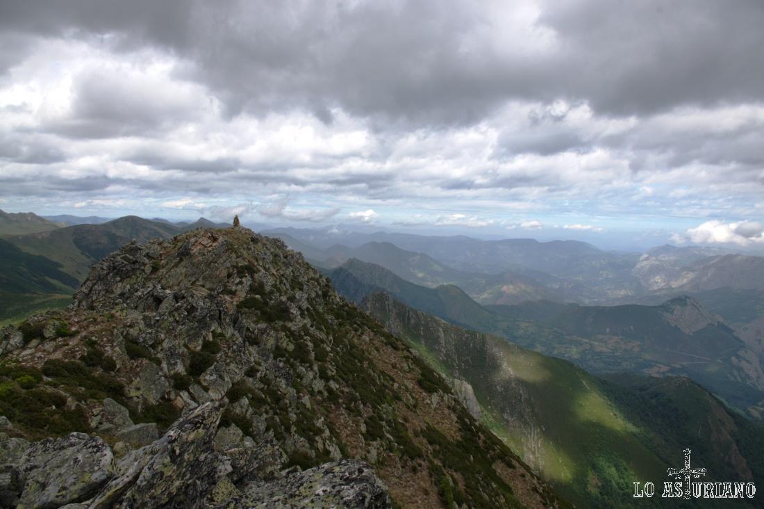 Precioso cielo nublado en los cielos de Teverga, y al fondo: Belmonte de Miranda, Grado, Tameza y Proaza.