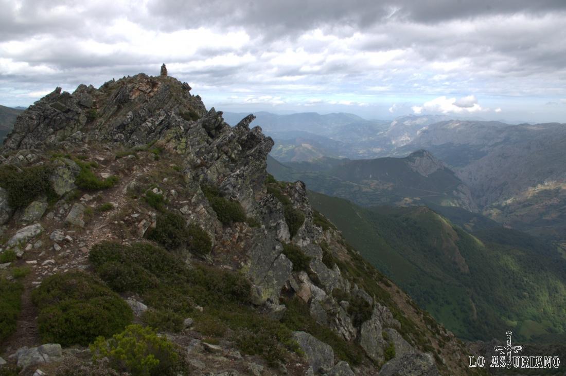 Hacia el norte, las sierras teverganas y las sierras que limitan con Grado, Tameza y Proaza.