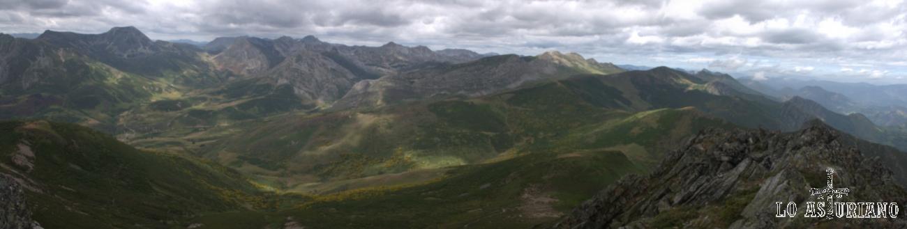 Desde la tevergana Ferreirúa, vistas hacia las cimas del alto Saliencia, Somiedo. También vemos, en primer término, el Cordal de la Mesa, ante la sierra de los Bígaros.