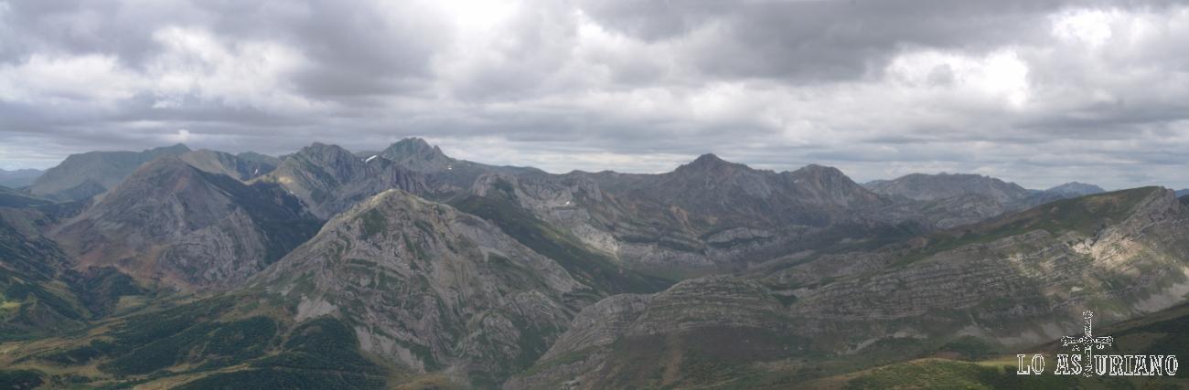 Las cimas de Saliencia, en el entorno protegido de los lagos, limitando con León. Reservas de la Biosfera de Somiedo y de San Emiliano.