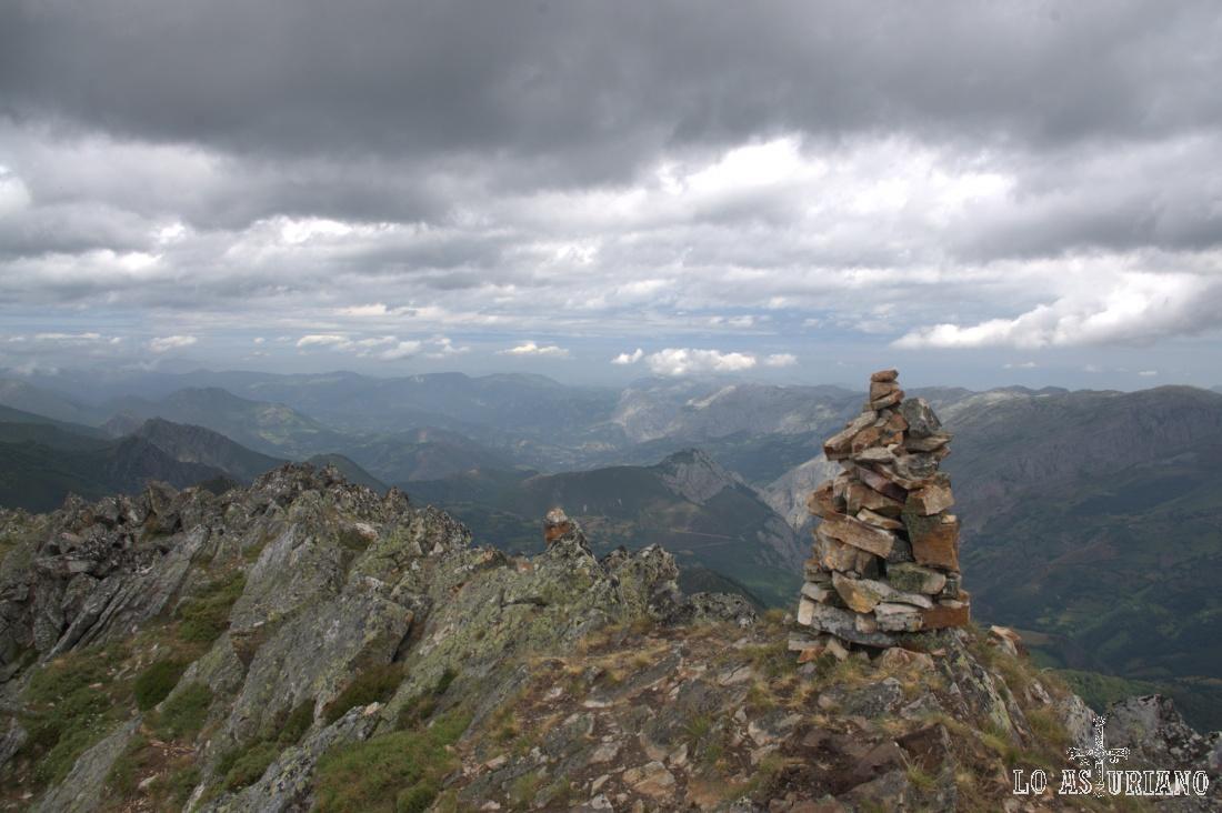 Hito de piedra de La Ferreirúa, a 1973 msnm.