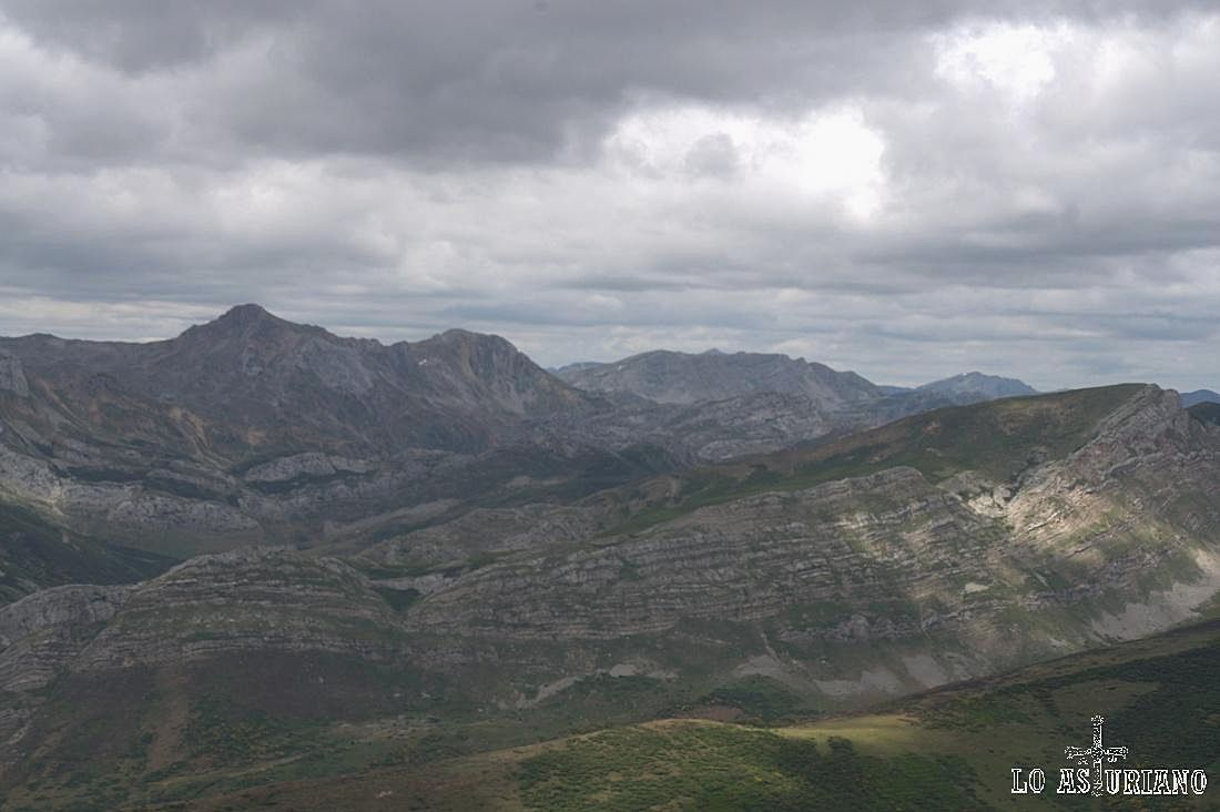 A la derecha de los Albos, Peña Chana y en primera línea, las estribaciones de la sierra de los Bígaros.
