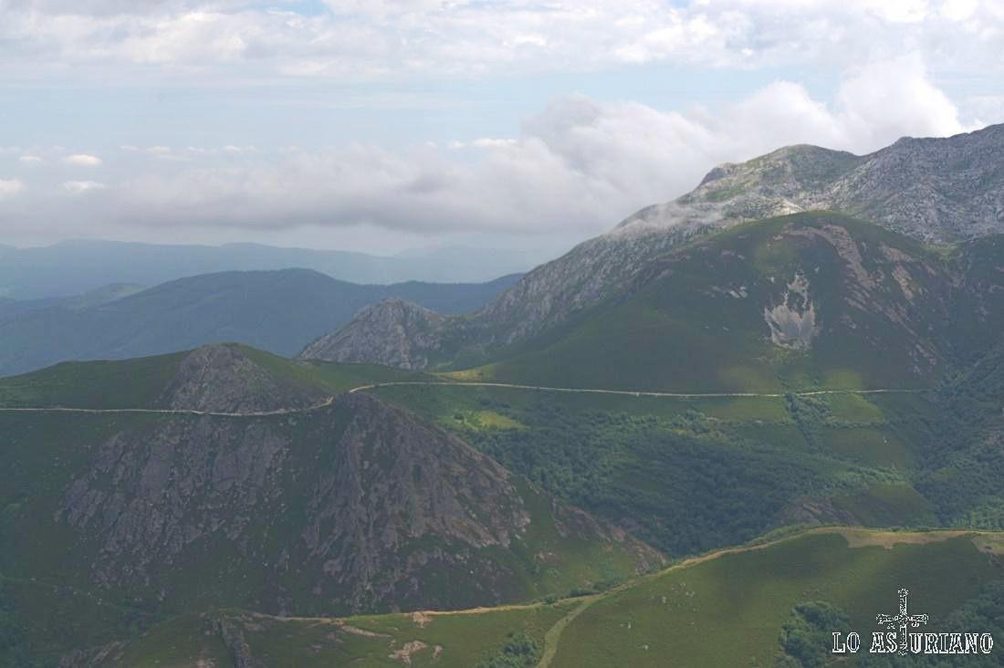 Pistas que recorren las laderas de los Sierros Negros, en el límite de Teverga y Quirós.