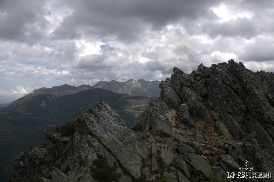 La cima y el cresterío rocoso del Ferreirúa.