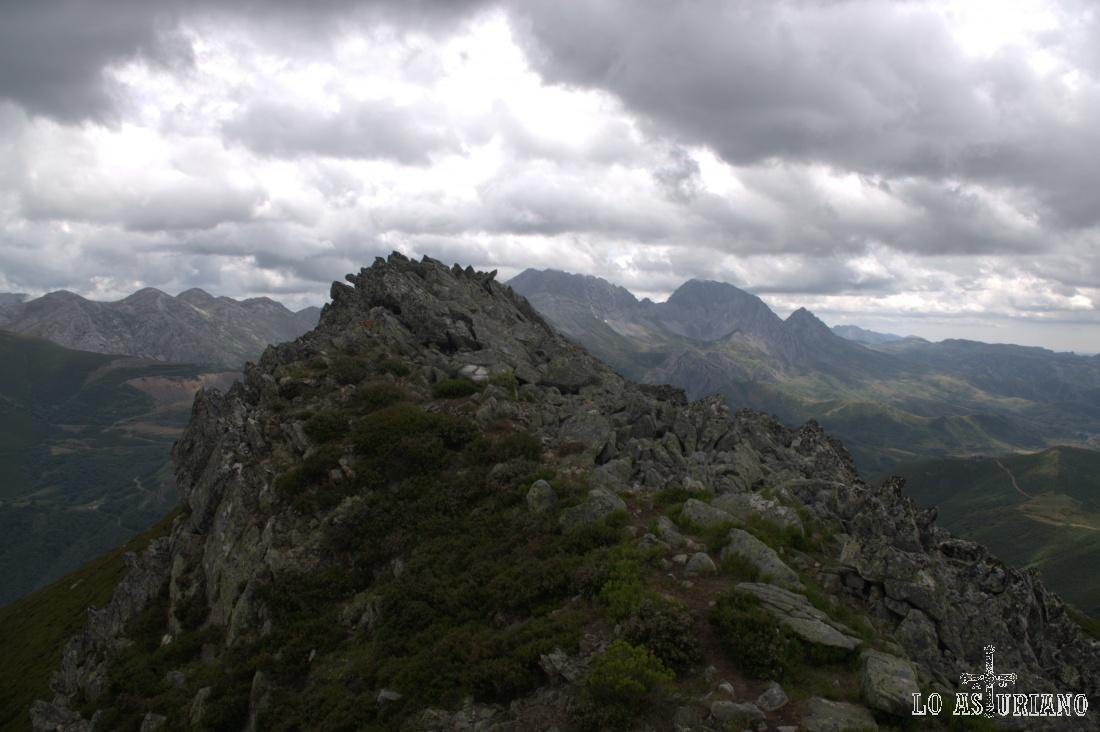 Desde la cima de La Ferreirúa, todo el grueso de cimas de las Ubiñas La Mesa.