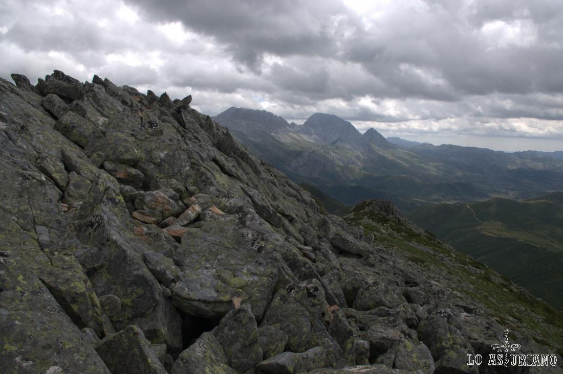Las crestas rocosas, en las que hay que tener cuidadín, con las Ubiñas al fondo.