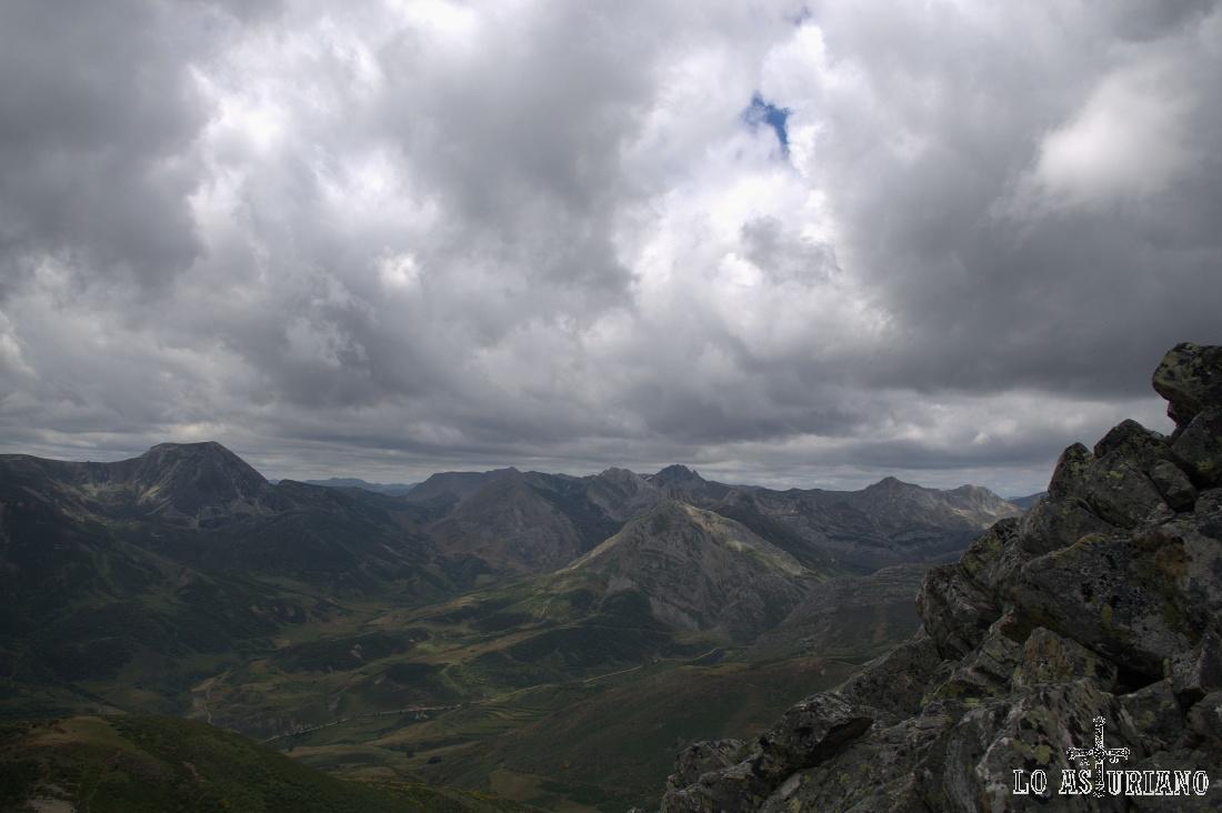Nubes amenazantes sobre los dosmiles de Somiedo.