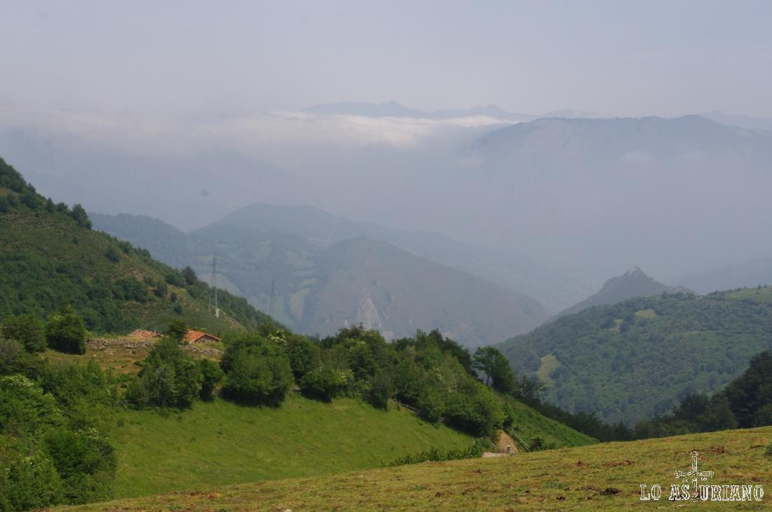 Vistazo de lujo hacia los valles teverganos, que son los anfitriones de esta bonita ruta.