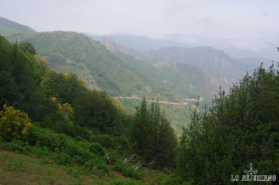 Carretera del Puerto de San Lorenzo, desde las laderas del Pico Cuervo.