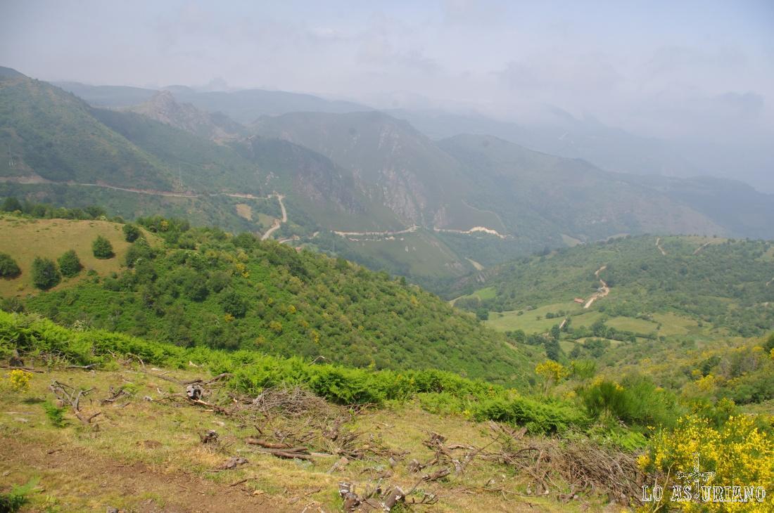 El cordal de Santa Marta, por cuyas laderas sube la carretera del Puerto de San Lorenzo.