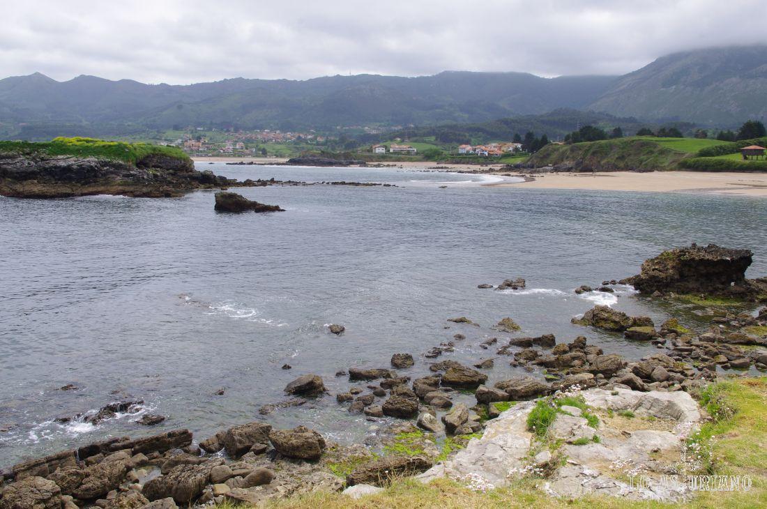 A este precioso entorno de la Isla se accede desde la N-632 por una carretera local que parte a la izquierda a unos 3 kilómetros de Colunga en dirección a Ribadesella.
