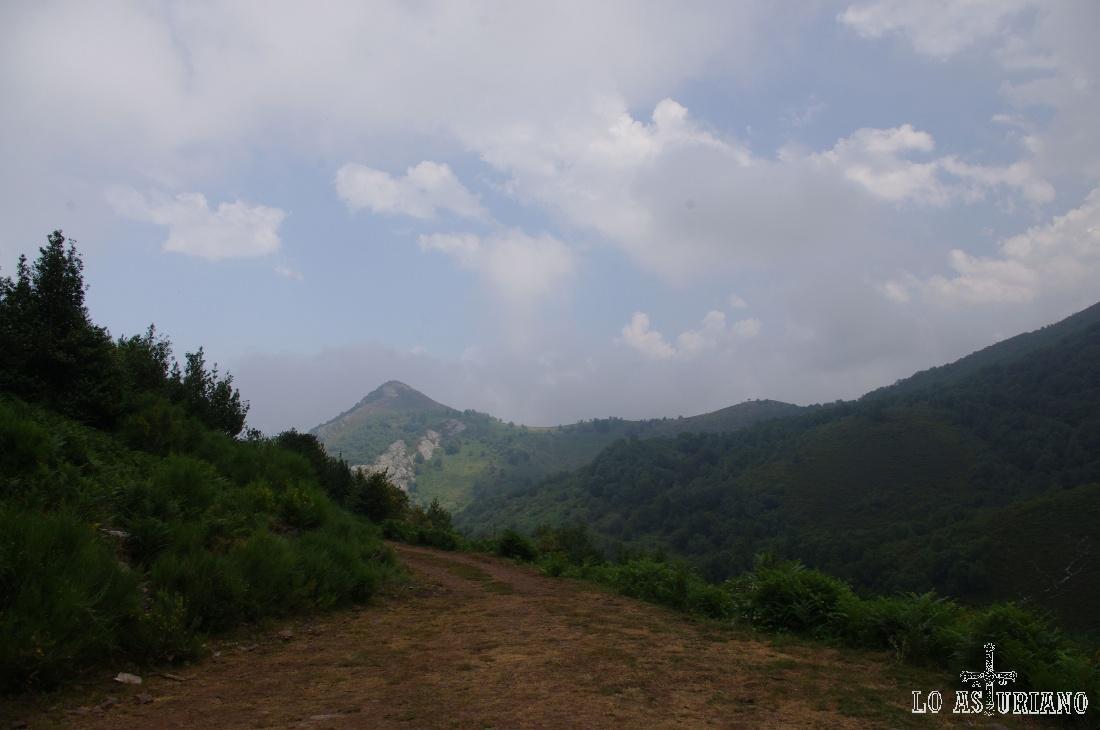 Al fondo, el vistoso Curnu Llamas, de 1434 metros.