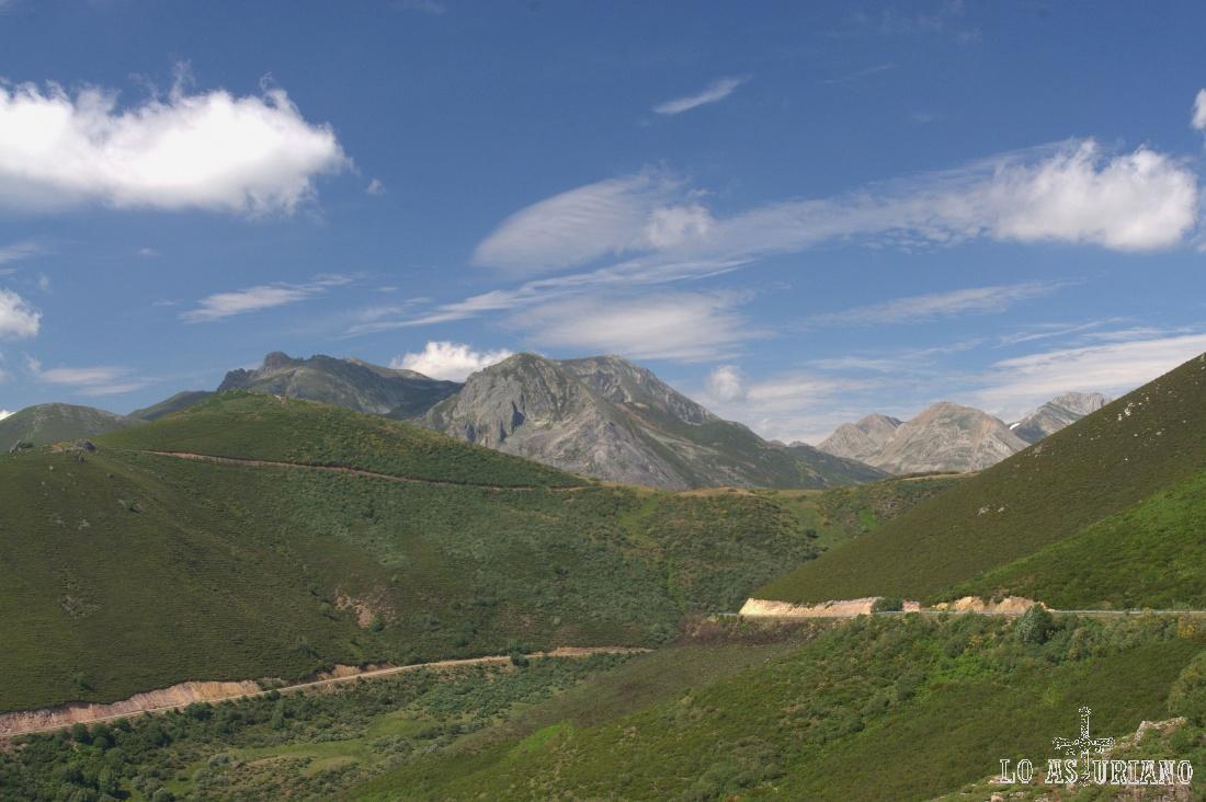 Carretera de subida al Puerto de la Ventana, con la sierra leonesa de Triana y los altos de Somiedo al fondo.