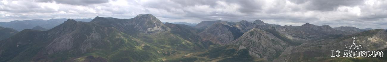 Panorámica de las fantásticas cimas astur leonesas desde La Ferreirúa, Teverga, Asturias.