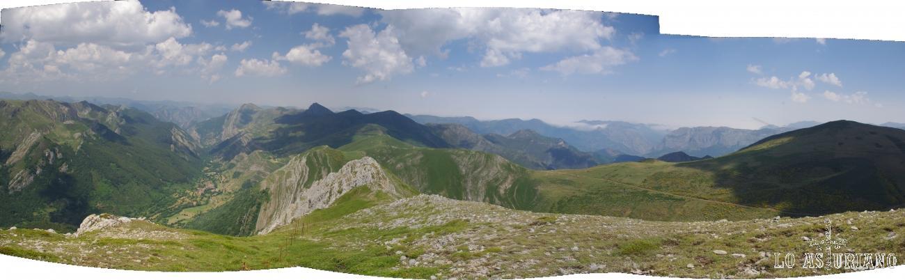 Panorámica de las vistas desde la sierra de los Bígaros: monte de las Bustariegas, valle de Saliencia, cordal y Camín Real de la Mesa.
