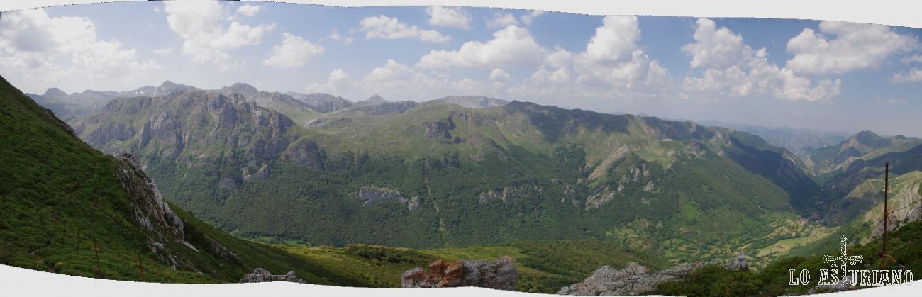 Vistas panorámicas del valle de Saliencia, en Somiedo, desde la sierra de los Bígaros, a 1922 metros.