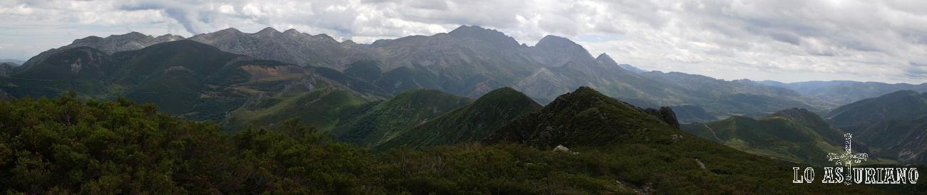 Panorámica desde La Ferreirúa del macizo de las Ubiñas.