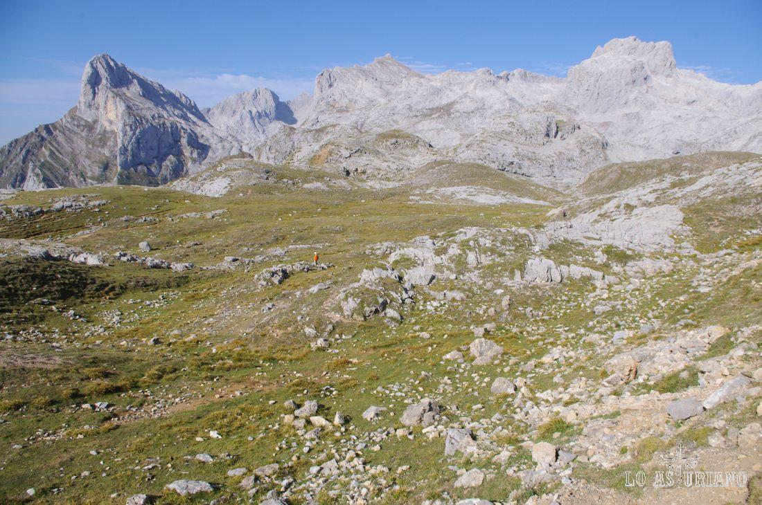 Peña Vieja (2613 m) y a la izquierda, Peña Remoña (2247 m), en el macizo oriental de los Picos de Europa.