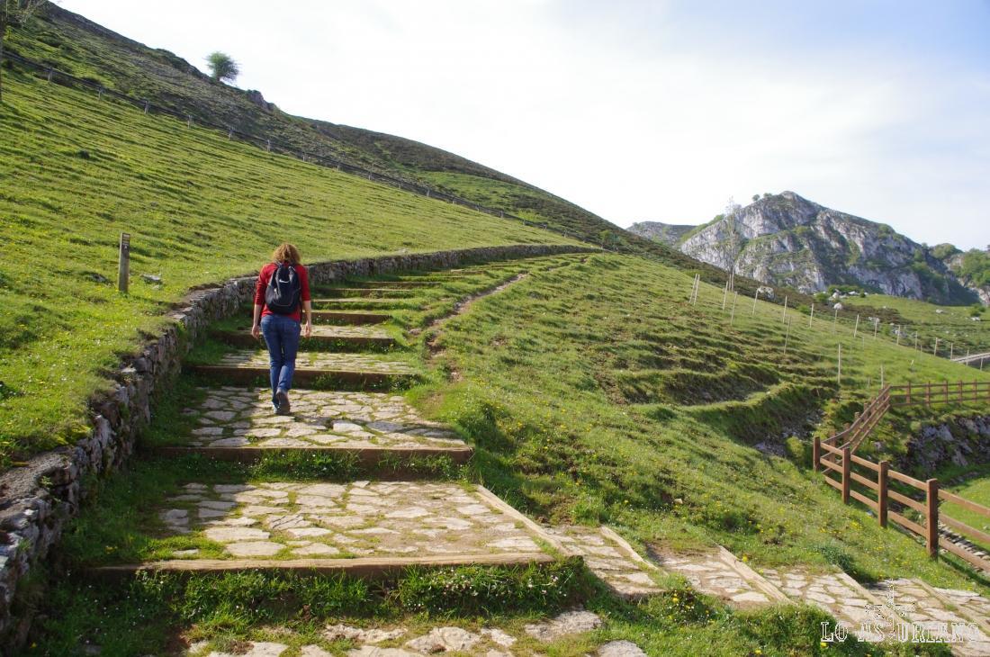 Dejamos el parking de la Buferrera, y subimos por el camino de piedra que hay las laderas de la izquierda del mismo.