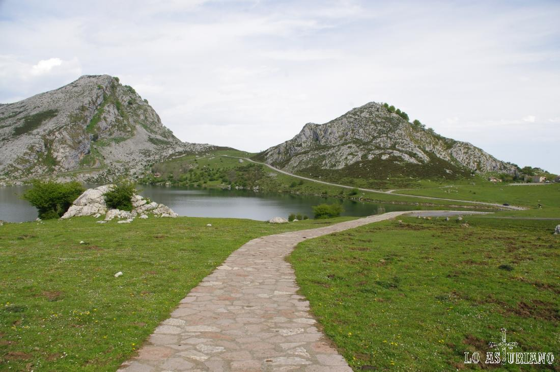 Dejamos atrás el lago de Enol. Ahora deberemos superar un desnivel de unos 100 metros hasta el mirador de Entrelagos.