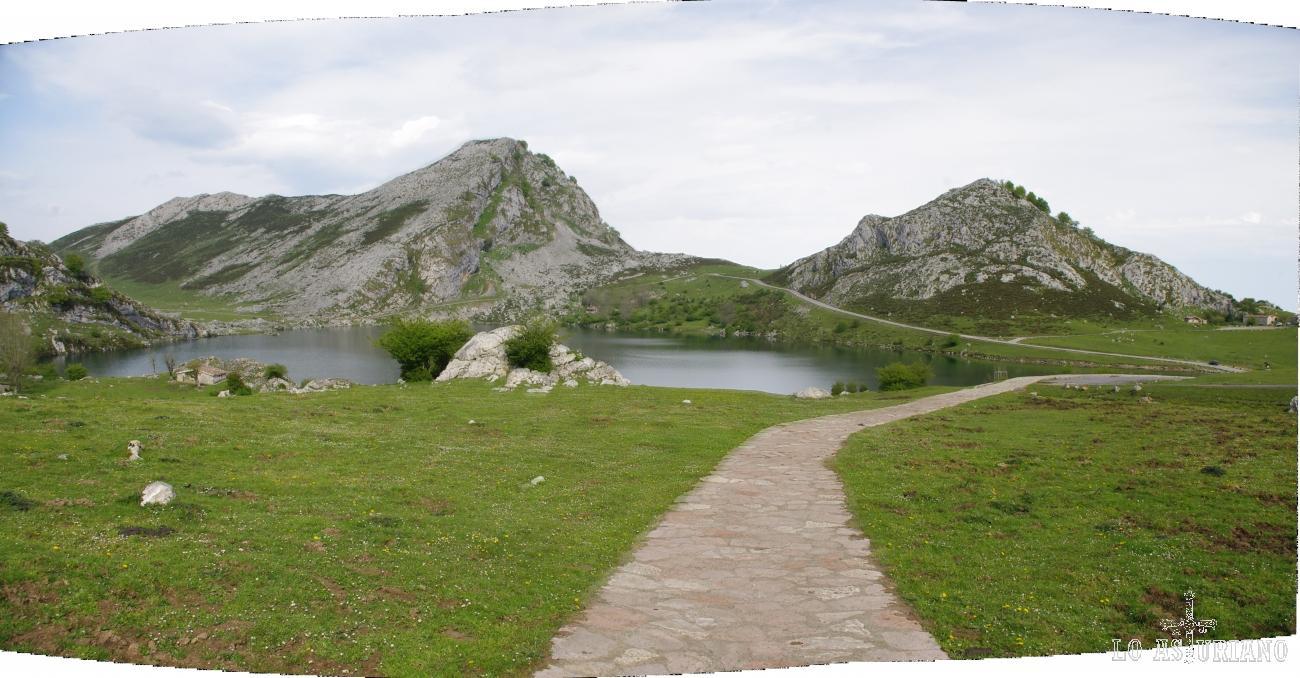 Camino empedrado que recorre los lagos de Covadonga; el lago de Enol al fondo.