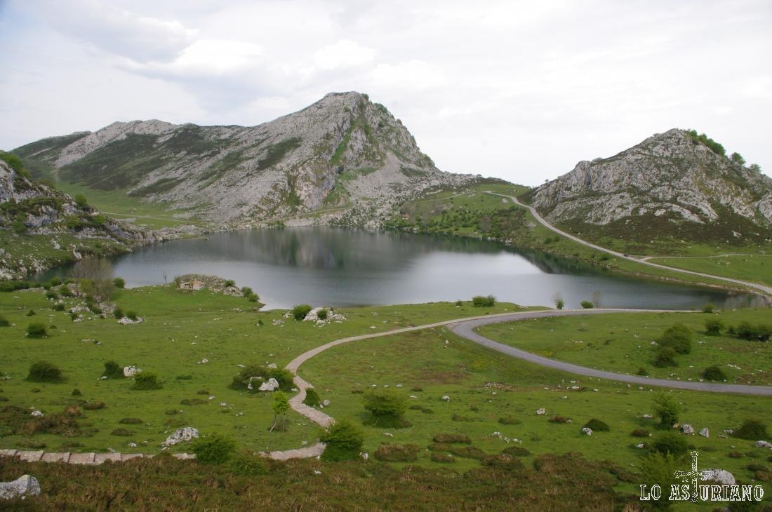 El lago de Enol, desde la subida al mirador de Entrelagos.