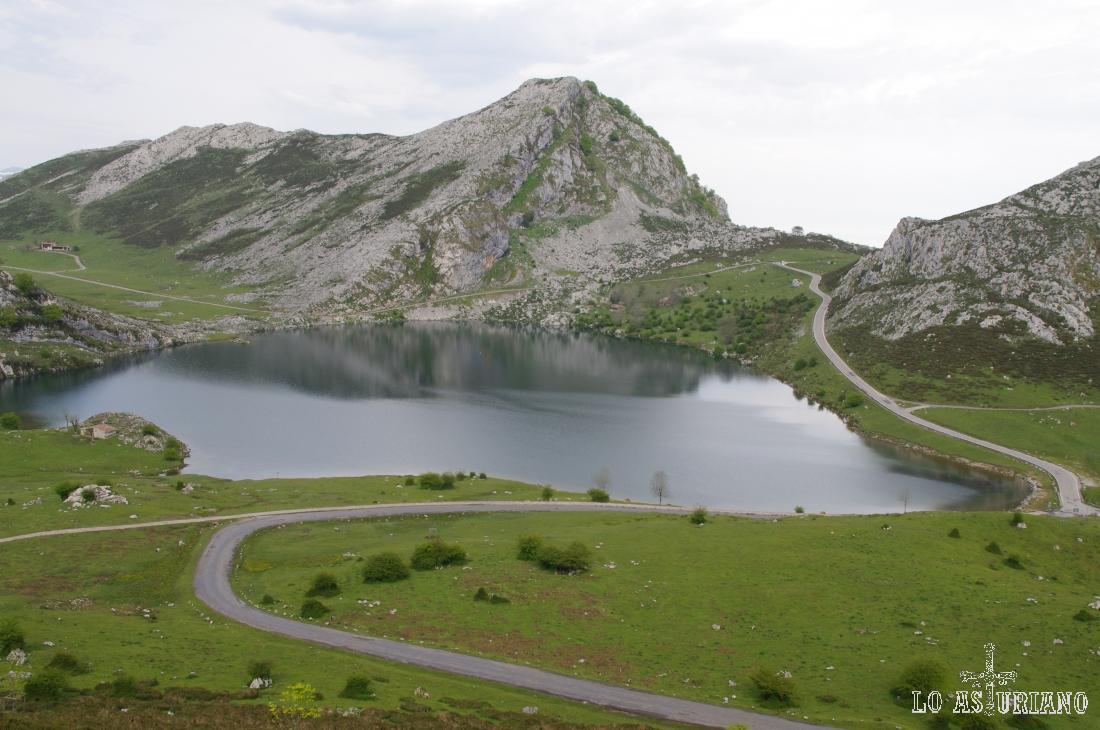El mirador de Entrelagos, o de la Picota, está situado justo entre el lago de Enol, foto, y el lago de la Ercina.