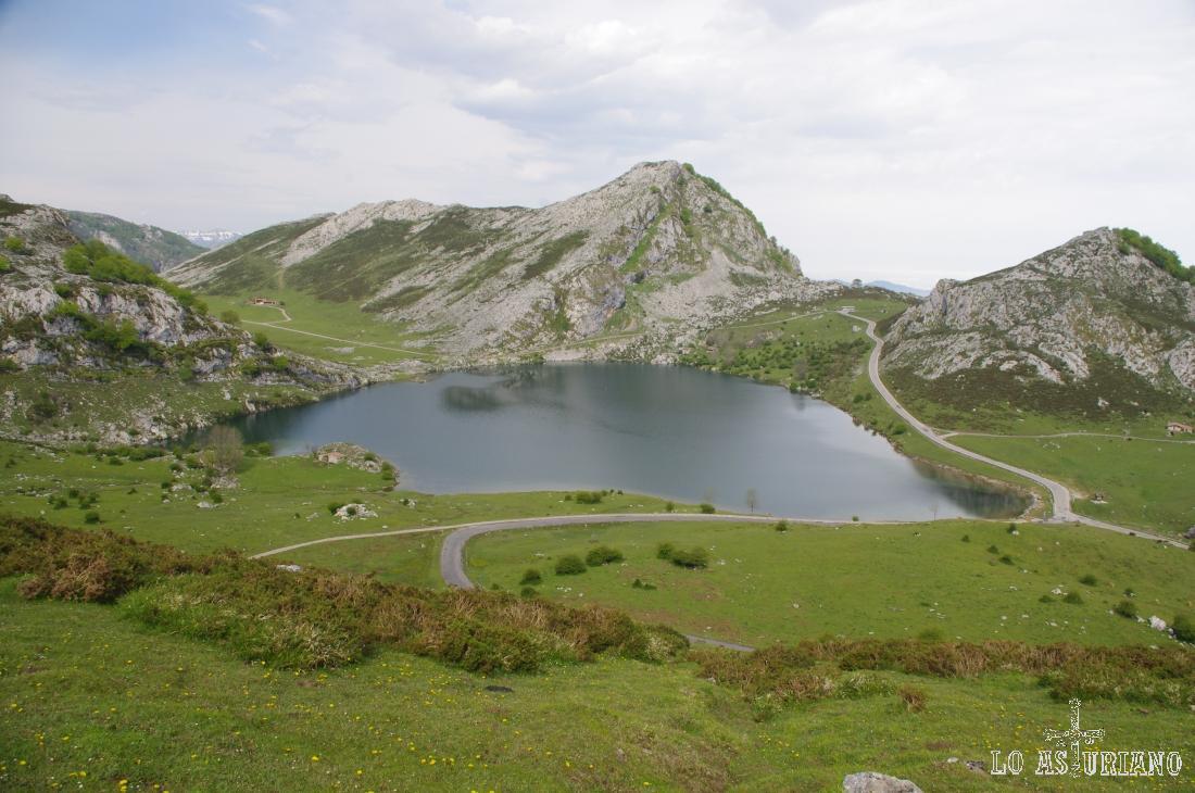 El majestuoso lago de Enol, visita obligada en tu paso por Asturias.