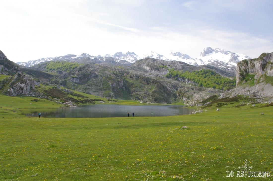 El lago de la Ercina, con el macizo Occidental de los Picos de Europa, detrás.