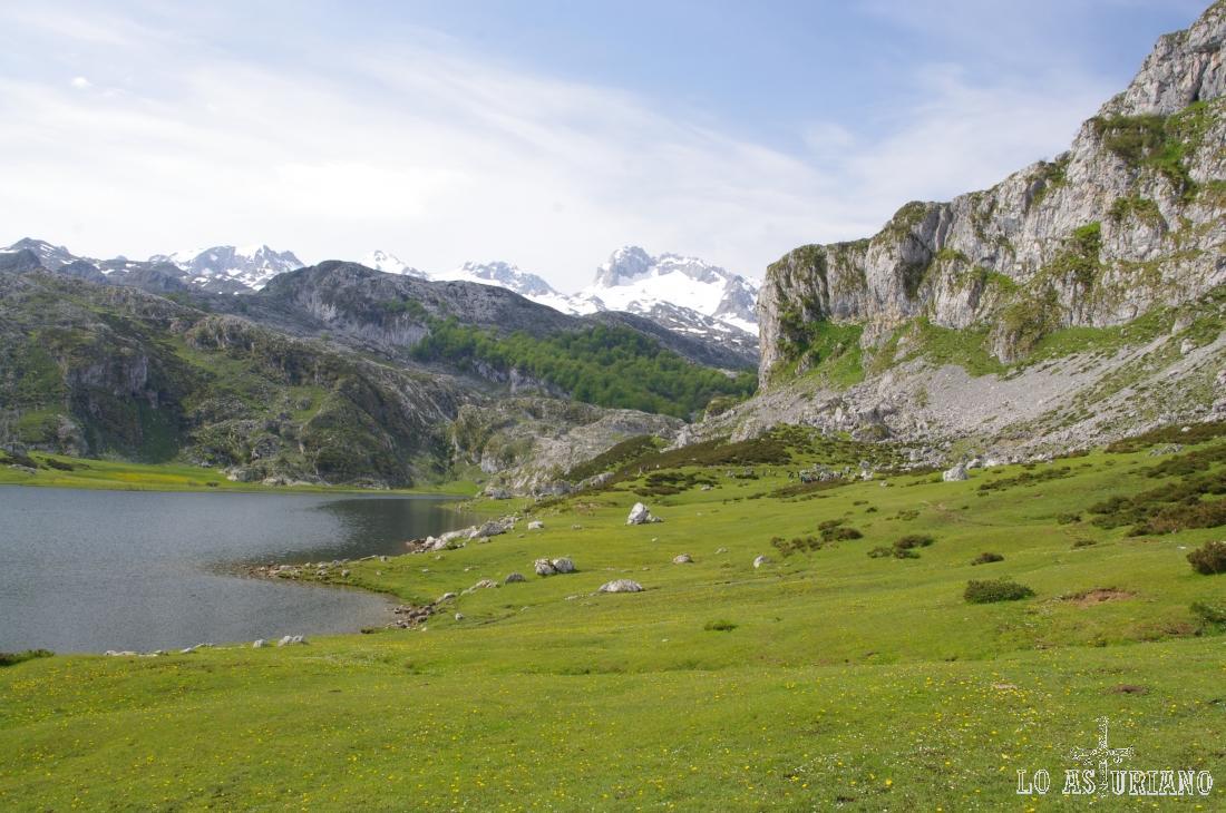 Ladeando cómodamente el lago Ercina, en busca del paso.