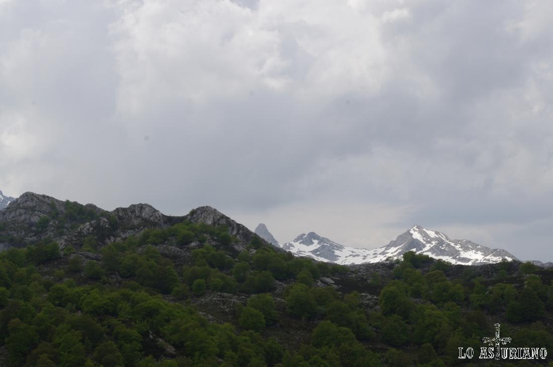 Cimas nevadas de los Picos de Europa en el mes de junio.