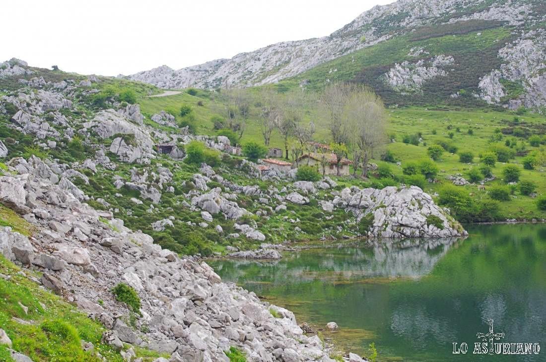 La bonita majada de los Veleros, en el borde del lago de Enol.