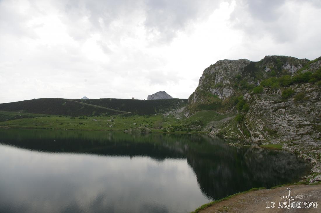 El lago de Enol y las laderas del Mosquital.