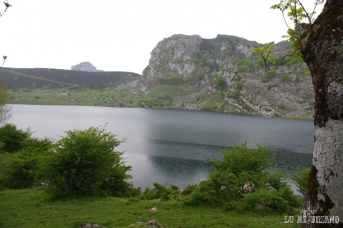 El lago de Enol, desde la majada de Veleros.