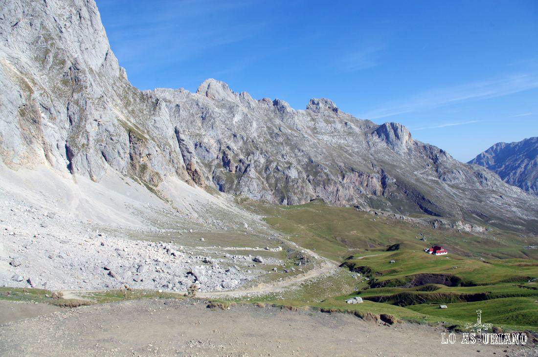 El Chalet Real a los piés de la magnífica cumbre de Peña Vieja, de 2617 msnm.