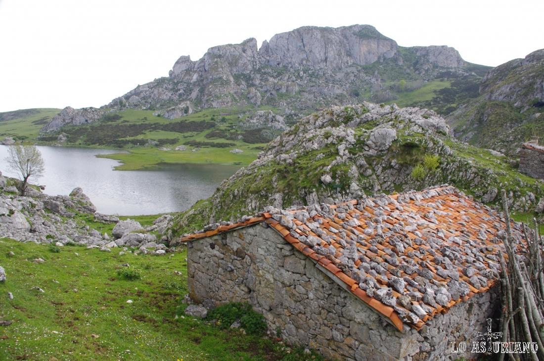 Majada de Las Rebalgas, en el lago de la Ercina. Esta majada tiene una fuente y puedes visitarla realizando la ruta de los lagos de Covadonga.