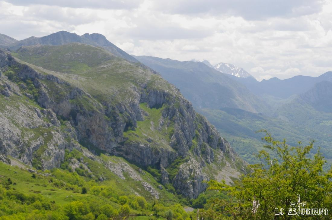 Asoma al sudeste la cima nevada de Peña Ubiña, de 2417 m.
