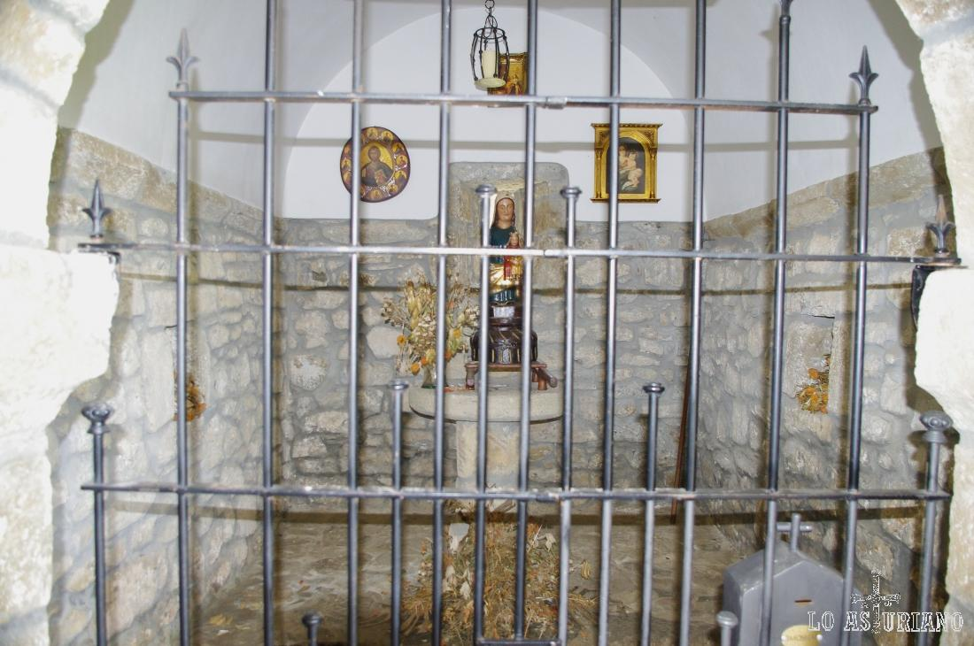 Este es el interior de la coqueta ermita de Santa Ana, en los Puertos de Marabio.