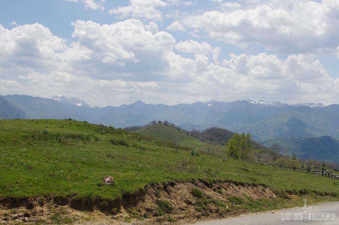 Si seguimos el camino, continuaríamos hacia el concejo de Yernes y Tameza.