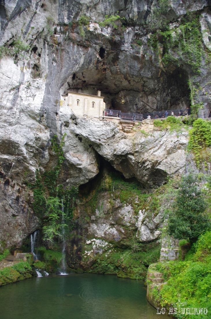 Cueva Santa de Covadonga en las estribaciones del Monte Auseva.