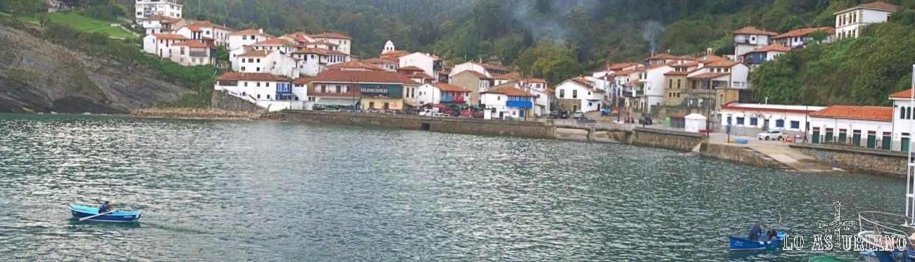 Panorámica desde el espigón, del precioso pueblo pesquero de Tazones, en Villaviciosa.