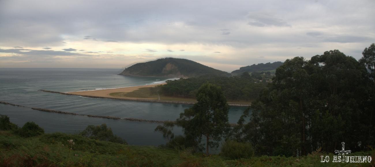 Desembocadura de la ría de Villaviciosa; a su derecha, la playa de Rodiles.