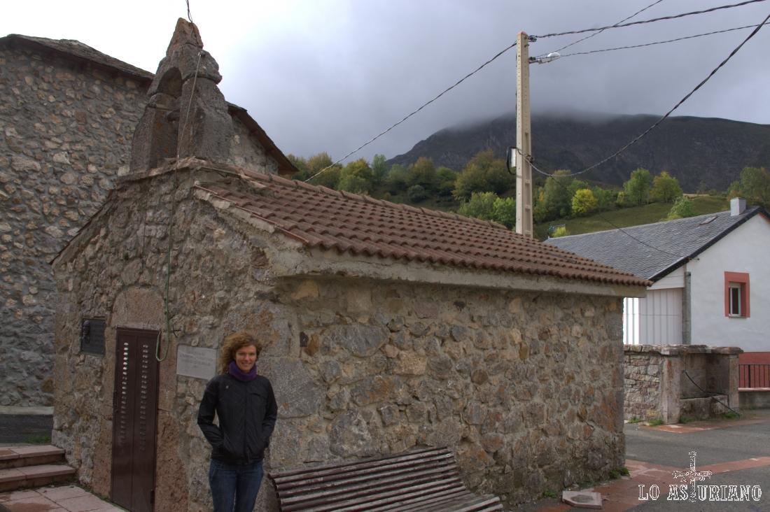 La coqueta capilla de Valle de Lago.
