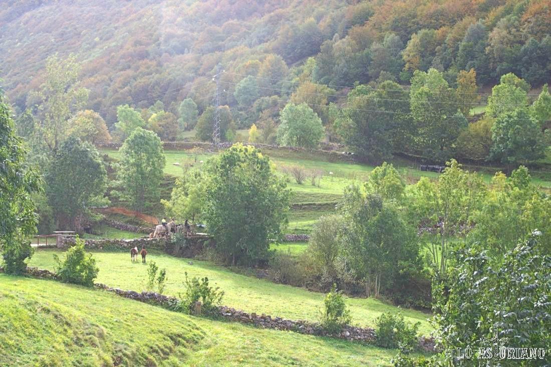 Nuestro camino cruza los pastos de Valle de Lago, saliendo posteriormente del pueblo por la zona de la iglesia.