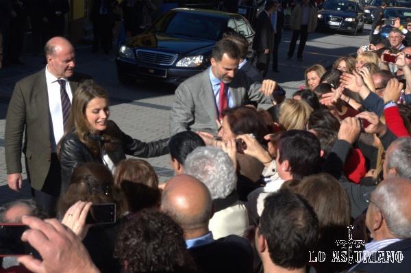 Los Príncipes de Asturias camino del ayuntamiento de San Mantin, el 26 de octubre del 2013. Teverga fue declarado este día Pueblo Ejemplar de Asturias.