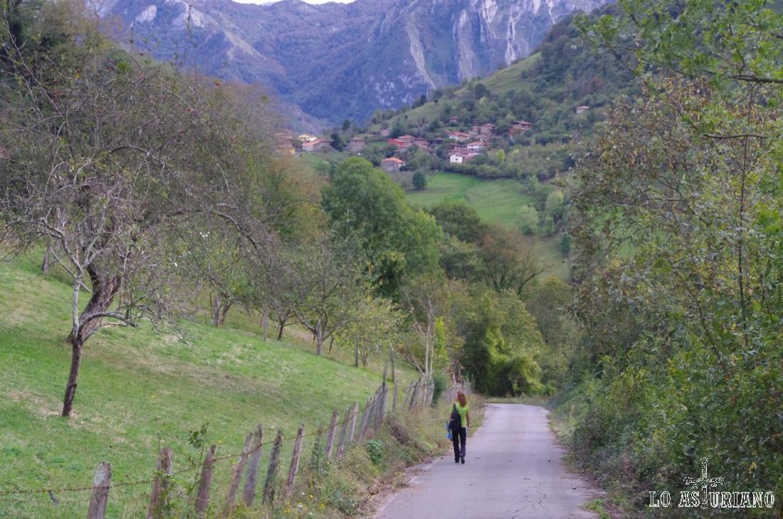 Al fondo, Argolibio, al que subiremos, para tomar el Camín Real de la Reina, camino de Santillán.