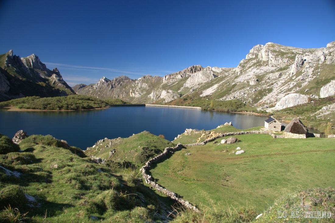 Preciosa imagen del Lago del Valle, lago somedano, el mayor de la Cordillera Cantábrica.