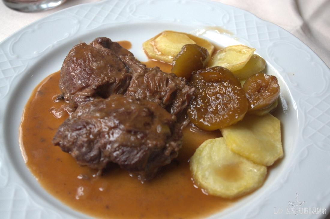 Exquisita carrillera ibérica con higos confitados, del menú otoñal de Donde Juan, en Salas.