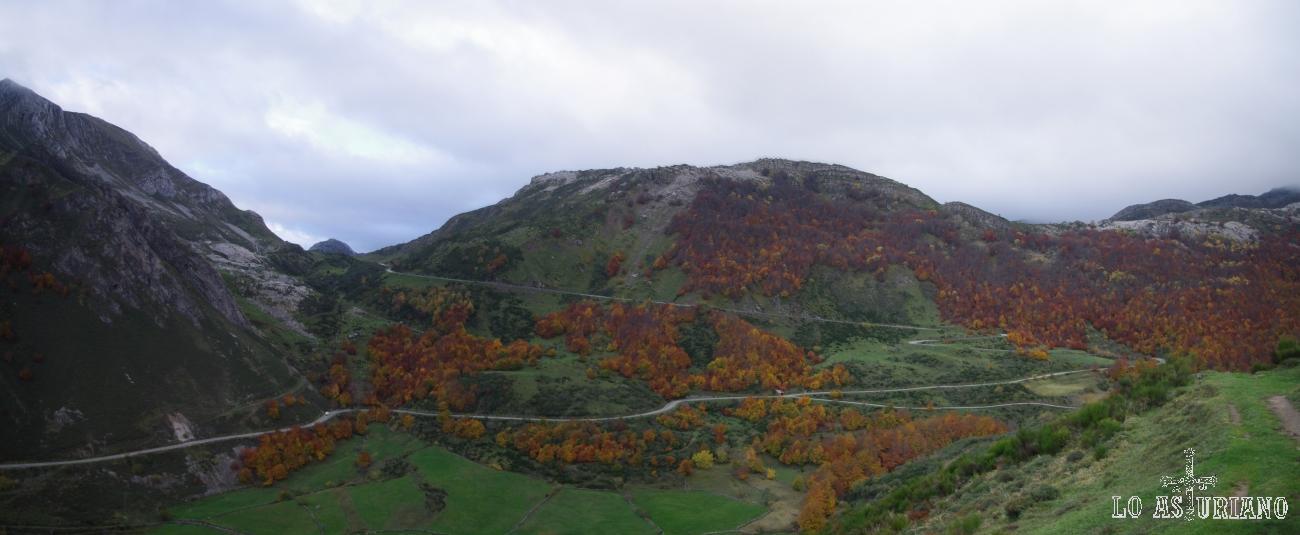 Panorámica de la carreterina del puerto de Somiedo, vista desde el mirador de La Peral.